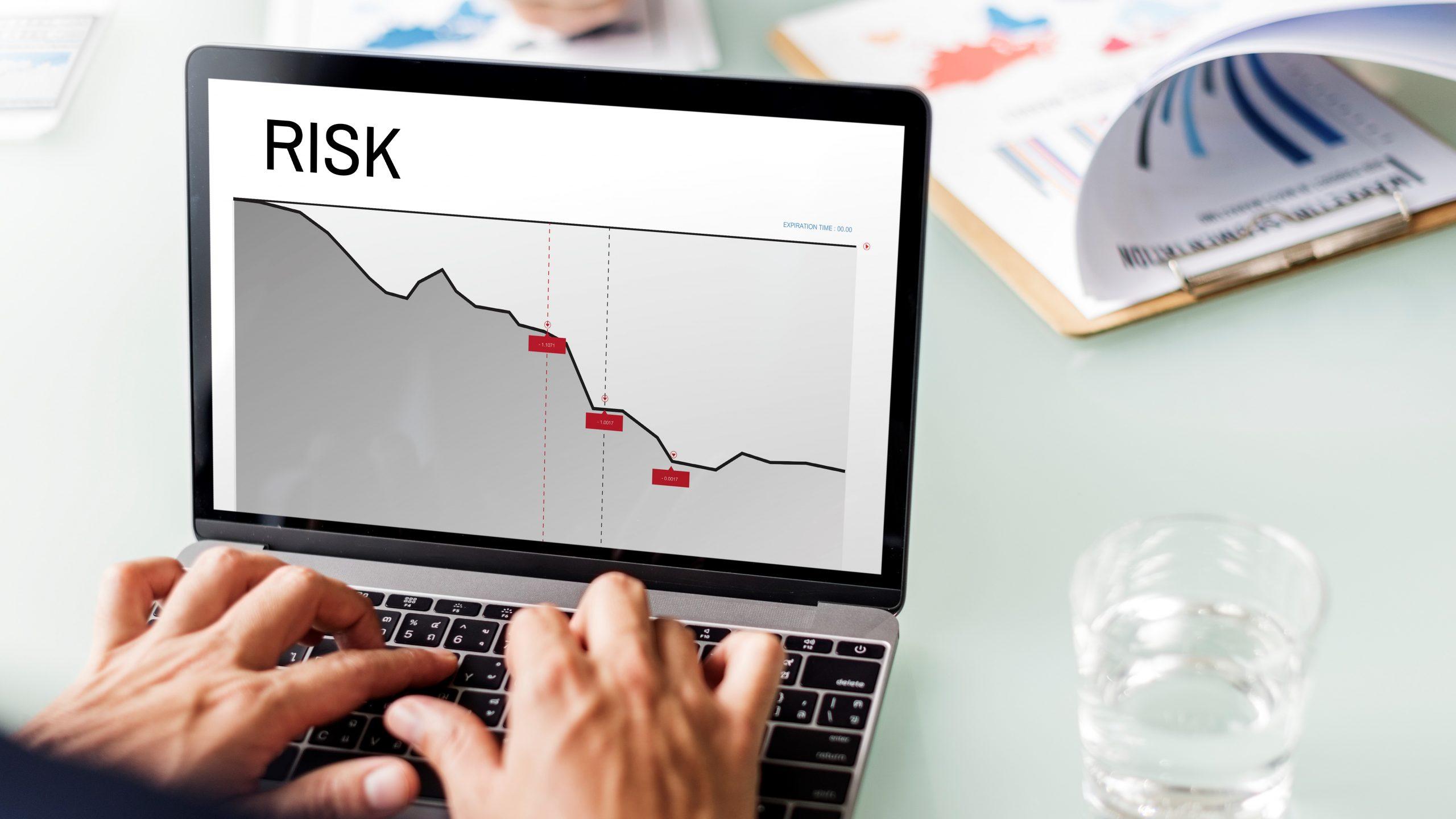 Quản trị rủi ro được thực hiện bởi ban giám đốc, quản lý và nhân viên của doanh nghiệp