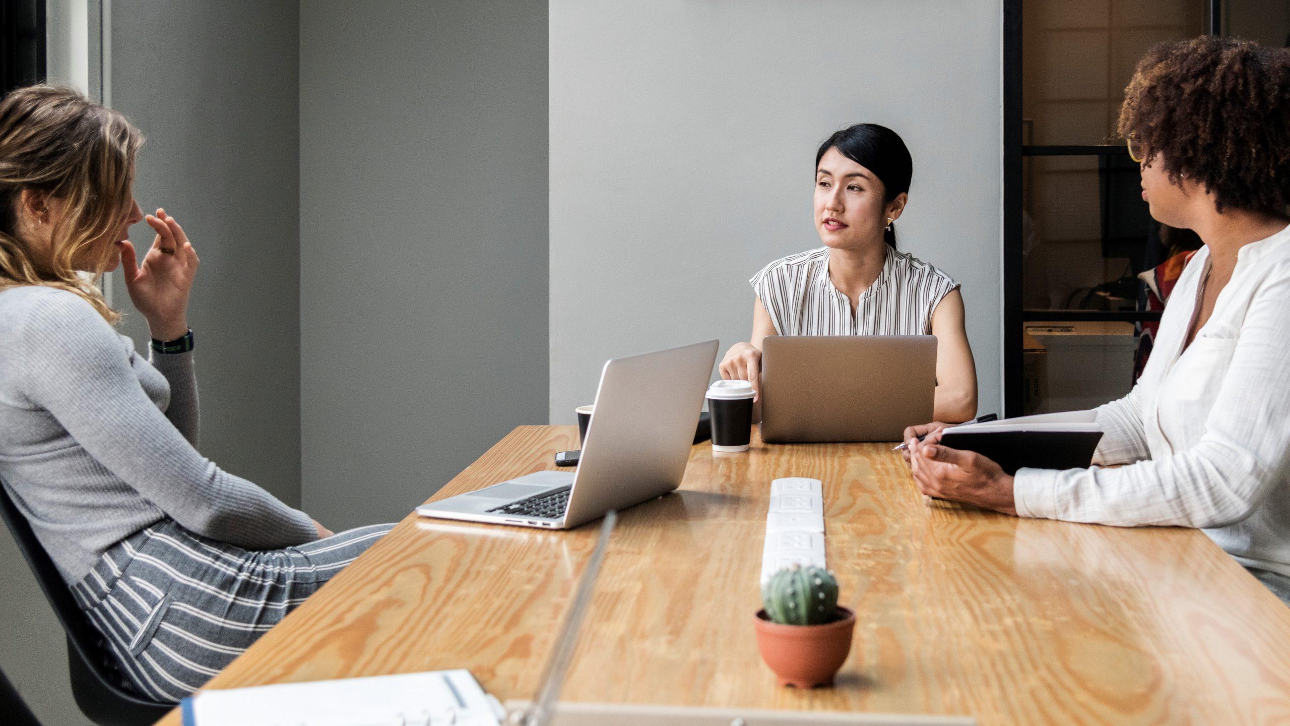 Giao tiếp là một cuộc đối thoại hai chiều và người quản lý nên chuẩn bị để lắng nghe các quan điểm từ nhân viên